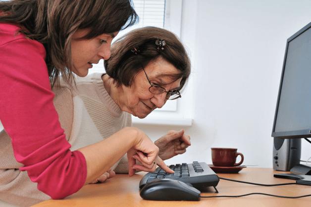 6672946-Junge-Frau-lehrt-ihrer-Gro-mutter-Arbeit-mit-dem-Computer-senior-lifestyle-Lizenzfreie-Bilder